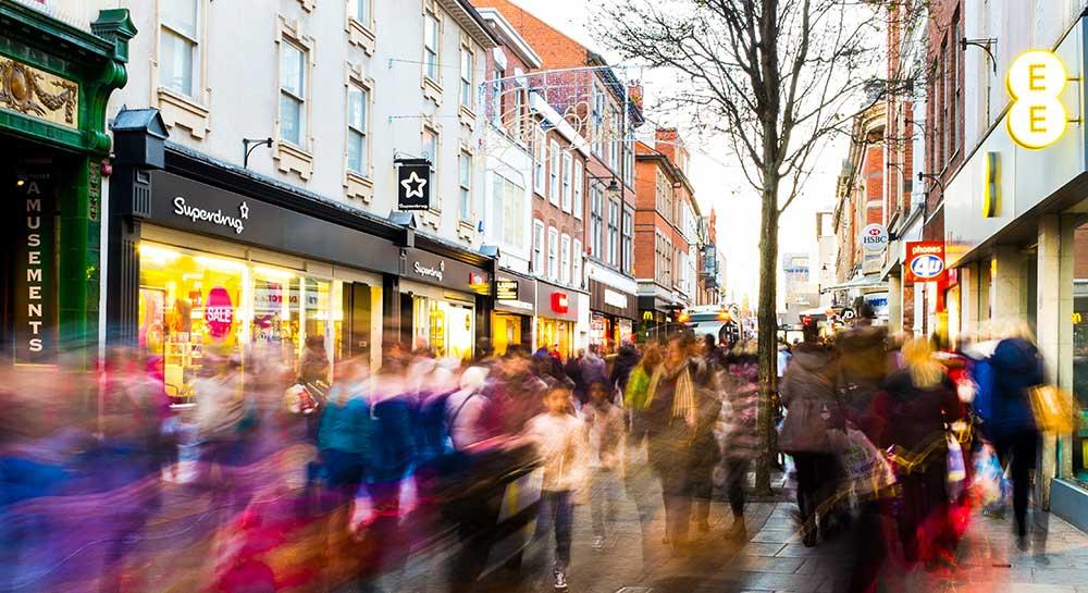 grande avenida com lojas