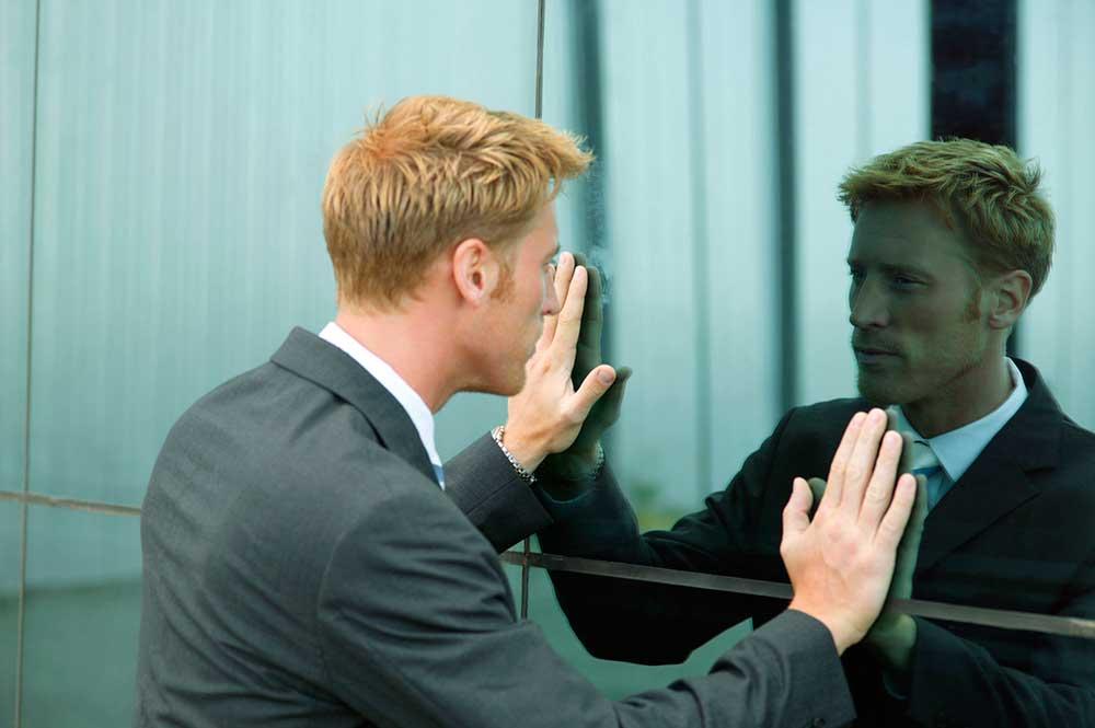 homem se olhando no espelho - perfil empreendedor