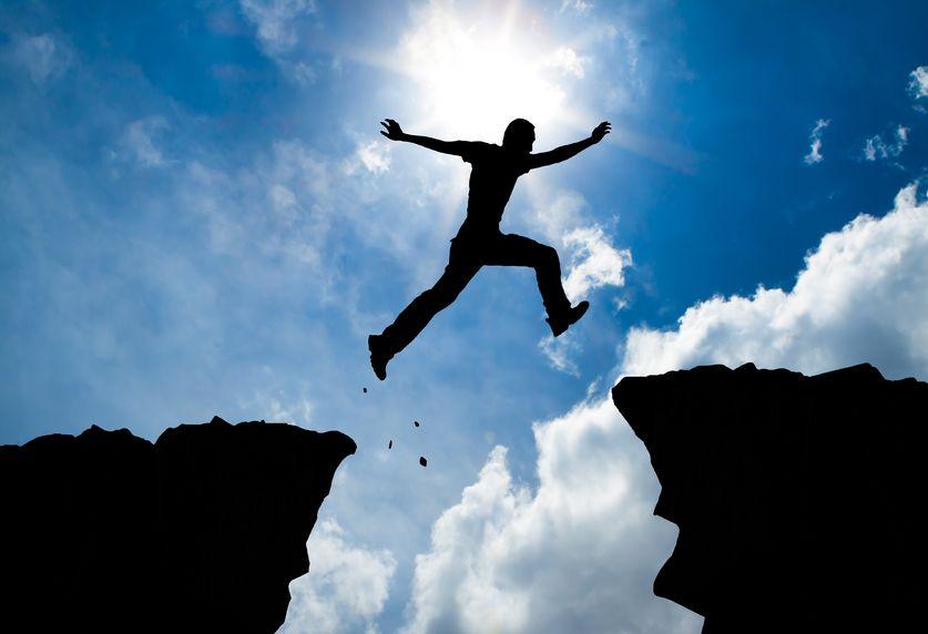 homem saltando do penhasco - medos dos empreendedores