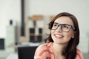 Moça sorrindo - Como escolher um negocio